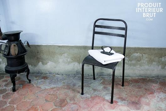 Une chaise en métal (catalogue P.I.B.) typique de la rétro déco…